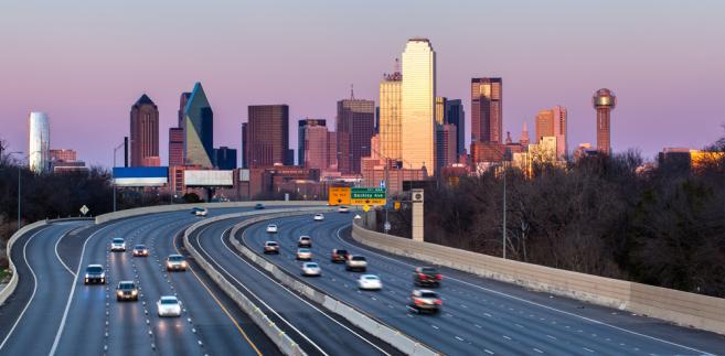 Samochody na drodze w pobliżu Dallas