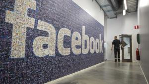 Logo Facebooka zrobionie z wielu małych zdjęć w nowym centrum przechowywania danych Facebook w pobliżu koła podbiegunowego w szwedzkiej miejscowości Lulea