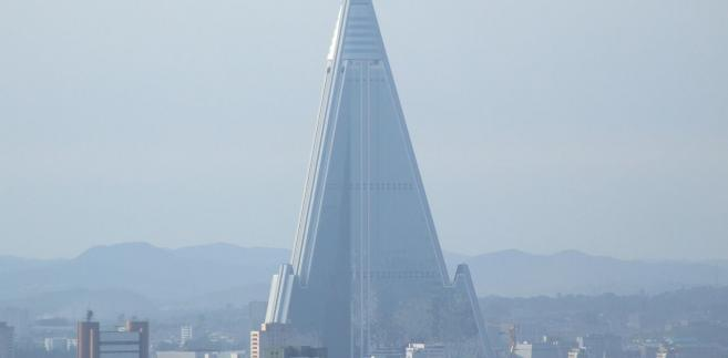 Hotel Ryugyong w stolicy Korei Północnej Pjongjangu. Zdjęcie: By Nicor (Own work) [CC-BY-SA-3.0 (http://creativecommons.org/licenses/by-sa/3.0)], via Wikimedia Commons