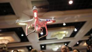 Zdalnie sterowany dron DJI Innovations Phantom podczas spotkania dla prasy przed rozpoczęciem Consumer Electronics Show (CES 2014) w Las Vegas, 5.01.2014.