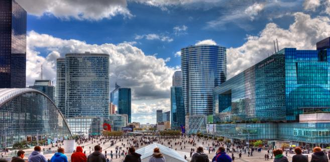 Centrum La Defense w Paryżu. Fot. Radu Razvan / Shutterstock.com