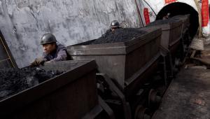 Robotnicy wywożą węgiel z kopalni w chińskiej prowincji Shanxi