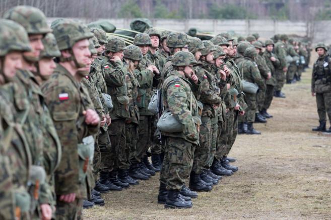 Rezerwiści podczas ćwiczeń mobilizacyjnych na poligonie 5. Pułku Chemicznego w Tarnowskich Górach, 26 bm. Na rozpoczęte we wtorek, 24 bm. ćwiczenia wezwano w trybie natychmiastowym ponad 500 osób. (mgo) PAP/Andrzej Grygiel