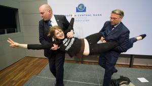 Atak aktywistki Femenu na Mario Draghiego. Ochroniarze wynoszą kobietę z sali EPA/BORIS ROESSLER Dostawca: PAP/EPA.