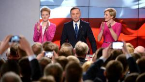 Kandydat PiS Andrzej Duda (C) z żoną Agatą Kornhauser-Dudą (P) i córką Kingą (L) w sztabie podczas wieczoru wyborczego w Warszawie