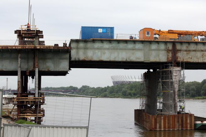 Operacja opuszczania przęsła mostu Łazienkowskiego (tg/cat) PAP/Tomasz Gzell