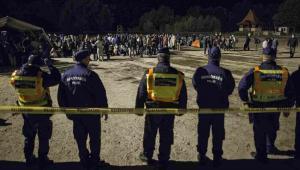 Imigranci na Węgrzech pilnowani przez policję  EPA/TAMAS SOKI HUNGARY OUT Dostawca: PAP/EPA.