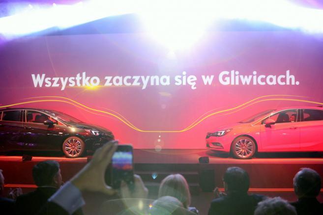 Nowy Opel Astra zaprezentowany podczas uroczystości oficjalnego uruchomienia produkcji samochodów w gliwickich zakładach koncernu General Motors Manufacturing Poland. (zuz) PAP/Andrzej Grygiel