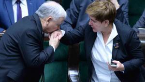 Prezes PiS Jarosław Kaczyński (L) i kandydatka PiS na premiera, wiceprezes partii Beata Szydło (P) podczas zakończenia ostatniego, 102. posiedzenia Sejmu VII kadencji, 9 bm. Wybory parlamentarne odbędą się 25 października. (zuz) PAP/Jacek Turczyk