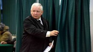 Prezes PiS Jarosław Kaczyński podczas głosowania w obwodowej komisji wyborczej w Szkole Głównej Służby Pożarniczej w Warszawie, 25 bm. PAP/Jacek Turczyk