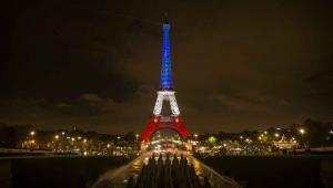 Paryż, Wieża Eiffela w barwach francuskiej flagi, EPA/ETIENNE LAURENT Dostawca: PAP/EPA.