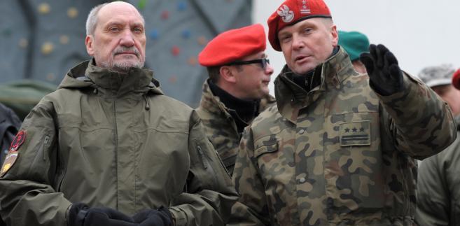 Minister obrony narodowej Antoni Macierewicz i pułkownik Tomasz Szoplik w Centrum Szkolenia ŻW w Mińsku Mazowieckim.