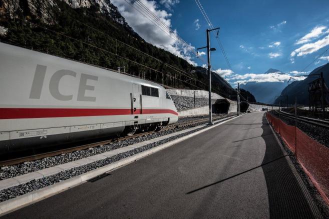 Pociąg ICE wjeżdża do tunelu Św. Gotarda