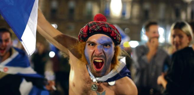 Szkoci i północni Irlandczycy należą dzisiaj do Zjednoczonego Królestwa. W referendum jednoznacznie poparli pozostanie w UE. Teraz zapewne pozostaną w niej na własną rękę BLOOMBERG
