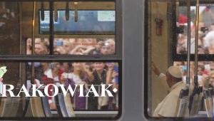 Papież Franciszek jedzie na Błonia tramwajem Pesy