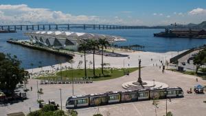 Zasilany z trzeciej szyny Citadis na tle obiektów olimpijskich w Rio
