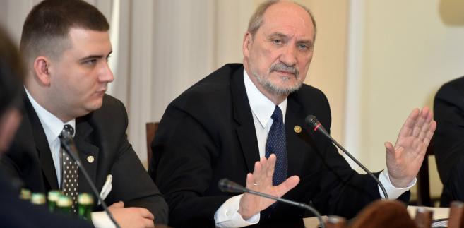 Rzecznik MON Bartłomiej Misiewicz z ministrem Macierewiczem