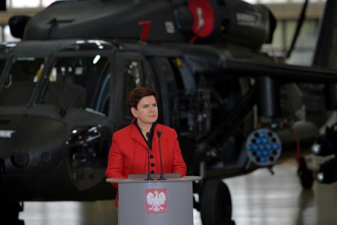 Premier Beata Szydło przemawia, podczas wizyty w Polskich Zakładach Lotniczych w Mielcu, 10 bm. (mr) PAP/Darek Delmanowicz