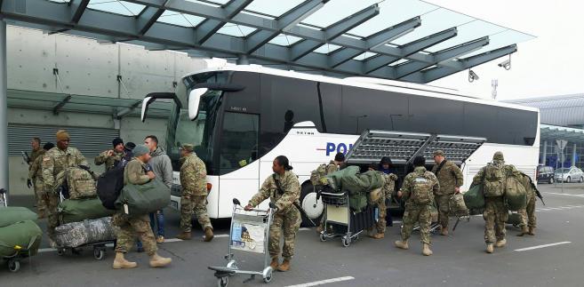 Lotnisko w Poznaniu. Przesiadka amerykańskich wojskowych z samolotu do autobusu