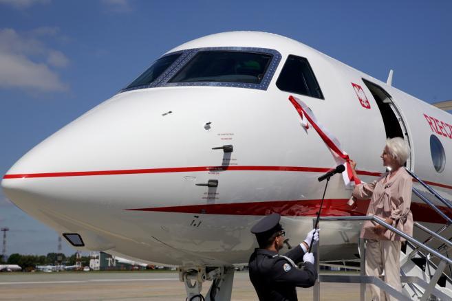 Aktorka teatru Ateneum Halina Łabonarska podczas uroczystości nadania imienia samolotowi Gulfstream G550. Maszyna otrzymała imię ks. Józefa Poniatowskiego.