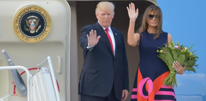 Amerykański prezydent Donald Trump z małżonką Melanią Trump wchodzą na pokład samolotu Air Force One lotnisku w Warszawie