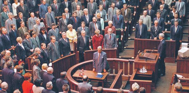 2 kwietnia 1997 r. Zgromadzenie Narodowe uchwaliło konstytucję większością 451 głosów, przy 40 głosach przeciw i sześciu wstrzymujących się. O tym, że zacznie ona obowiązywać, rozstrzygnęli obywatele w powszechnym referendum 25 maja 1997 r. fot. Andrzej Rybczyński