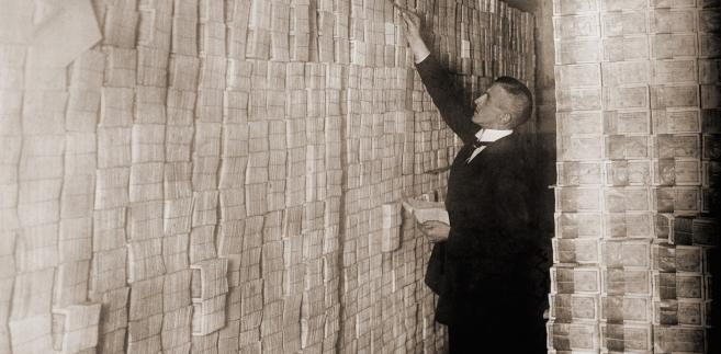Układanie niemieckich marek w jednym z banków w czasie hiperinflacji po I wojnie światowej. W 1923 roku jeden dolar amerykański kosztował 800 mln niemieckich marek