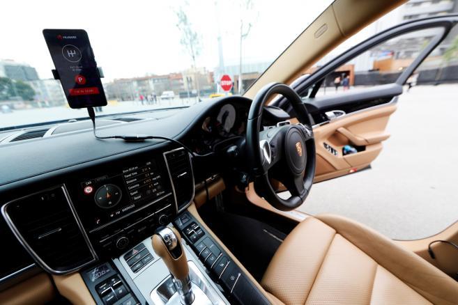 Podróż autem bez kierowcy? To możliwe. Na targach podczas prezentacji technologii Mate 10 Pro Huawai  odbyła się prezentacja bezzałogowego samochodu Porsche sterowanego przez telefon Huawai Mate 10 Pro, który zamienia zwykły samochód w samodzielny pojazd .