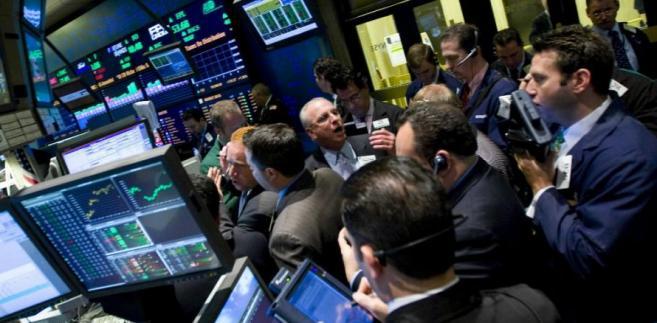 Maklerzy na nowojroskiej giełdzie NYSE pilnują kursu akcji, Treasuries i złota