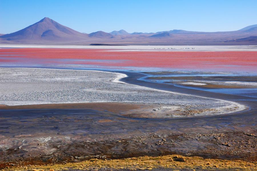 Salar de Uyuni jest największą na świecie pustynią soli położoną na wysokości 3653 m npm. Przed 40 tysiącami lat było częścią wielkiego jeziora Minchin. W wyniku zmian klimatycznych jezioro zaczęło wysychać i pozostawiło po sobie dwa istniejące do dzisiaj jeziora Uru Uru i Poopo oraz dwie pustynie soli Salar de Coipasa i Salar de Uyuni.