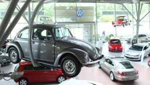 Salon Volkswagena w Norymberdze. Klasyczny model Volkswagena Beetle zawieszony na pierwszym planie. Norymberga, Niemcy, 22.07.2009.