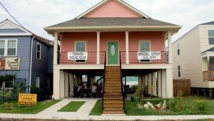 Mieszkańcy dzielnicy Lower Ninth Ward w Nowym Orleanie musieli po huraganie Katrina podnieść swoje domy na wypadek kolejnej powodzi
