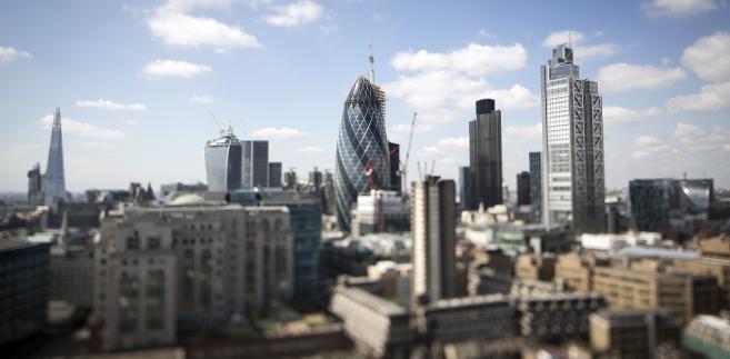 """Widok na londyńskie centrum finansowe City, kwiecień 2013. Od lewej kolejno: wieżowiec Shard, 20 Fenchurch Street znany też jako """"Walkie-Talkie"""", wieża Swiss Re – inaczej """"Gherkin"""", Tower 42 oraz Heron Tower. Fot. Simon Dawson, Bloomberg's Best Photos 2013."""