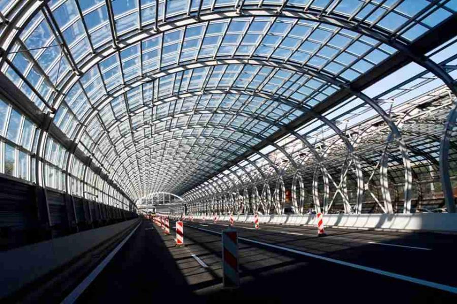 Przeszklony tunel z ekranów akustycznych na dojeździe do mostu Grota