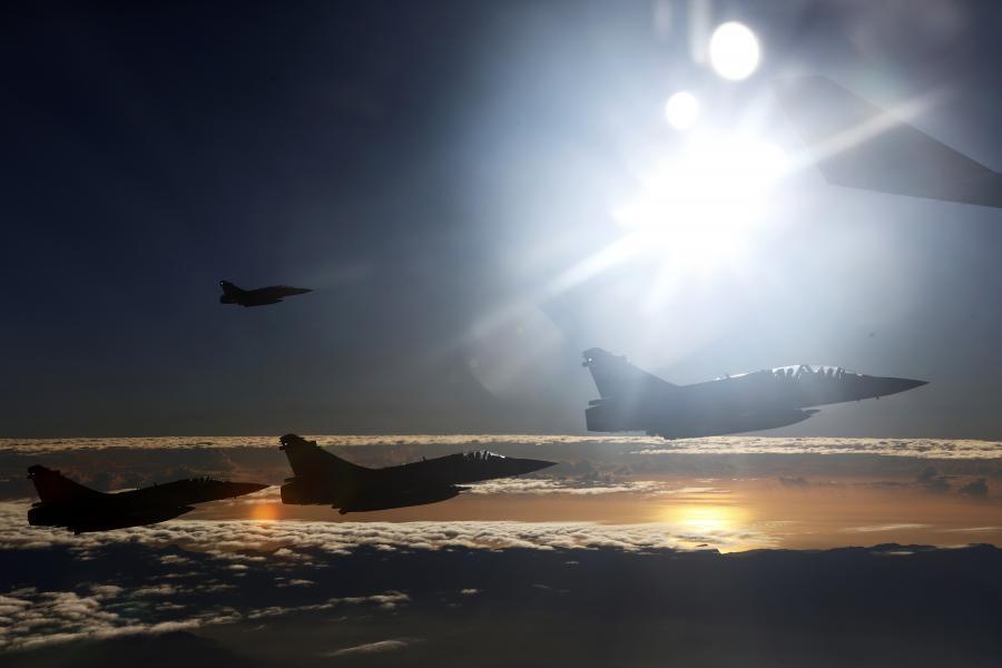 Chińskie myśliwce eskortują samolot Ma Ying-jeou, prezydenta Tajwanu, który leci na spotkanie z przywódcami Chin. 7.11.2015