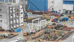 Teren budowy Elektrowni Opole w Brzeziu, 14 bm. Zaawansowanie budowy bloków energetycznych nr 5 i 6 o łącznej mocy 1800 MW przekroczyło już 50 procent. (zuz) PAP/Maciej Kulczyński