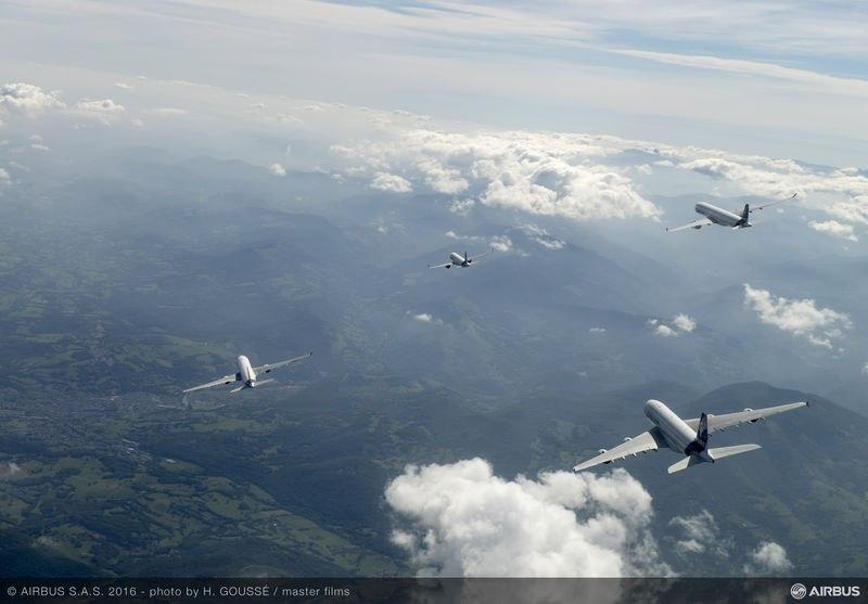 Rodzina Airbusa w locie - na pierwszym planie A380 a dalej A320 A330 i A350 XWB