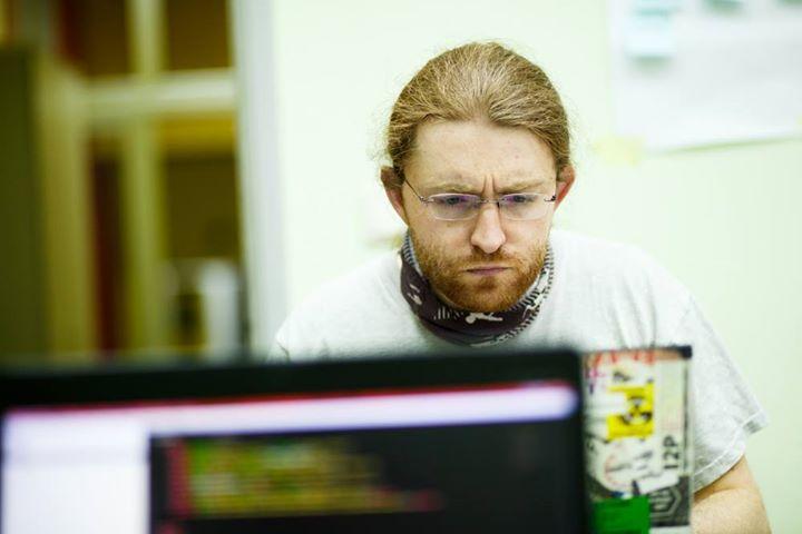 """Michał """"rysiek"""" Woźniak, haker, ekspert ds. bezpieczeństwa sieci, prywatności i edukacji medialnej"""