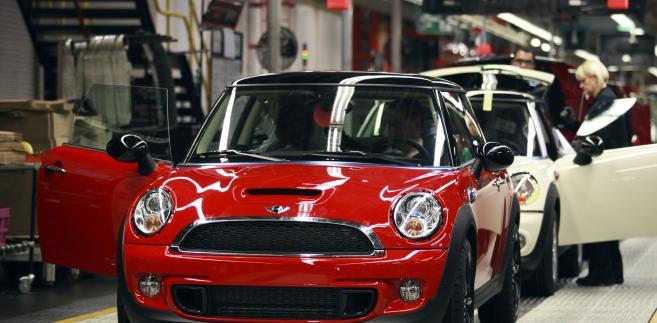 Mini Cooper na taśmie produkcyjnej w Cowley, hrabstwo Oksford, Wielka Brytania. Od 2001 roku właścicielem marki jest BMW, największy producent aut luksusowych na świecie.